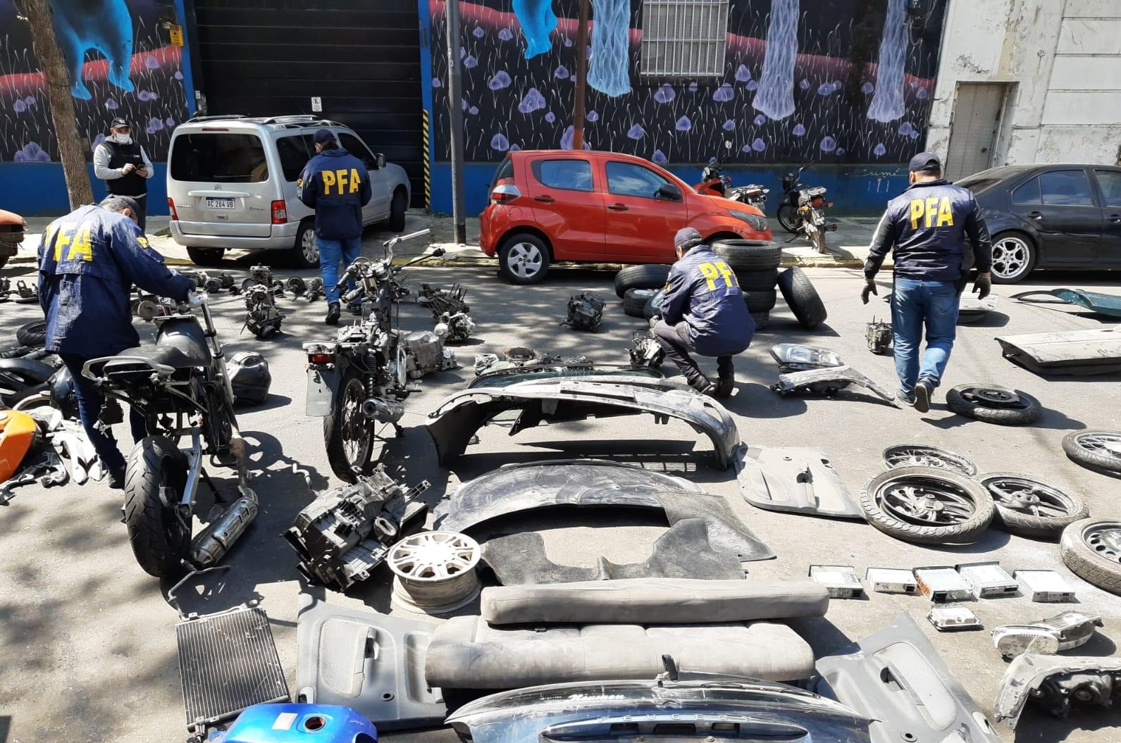 ALLANAMIENTO EN LA BOCA: ENCUENTRAN MOTORES DENUNCIADOS POR ROBOS Y GRAN CANTIDAD DE AUTOPARTES